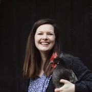 Sarah mit einem der Hühner, Foto: privat
